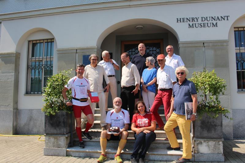Läufer und Empfangskomitee vor dem Dunant-Museum